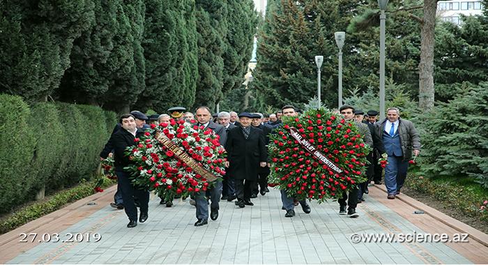Деятели науки посетили могилу великого лидера Гейдара Алиева в Аллее почетного захоронения