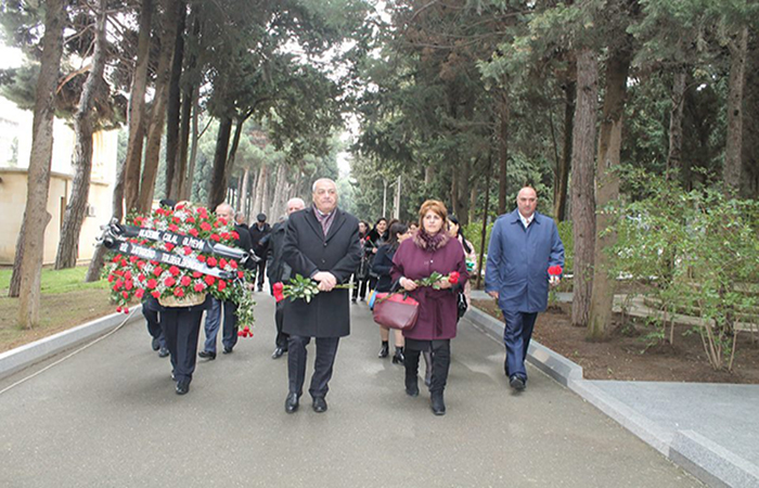 Сотрудники Института Молекулярной Биологии и Биотехнологий посетили могилу академика Джалала Алиева накануне праздника Новруз