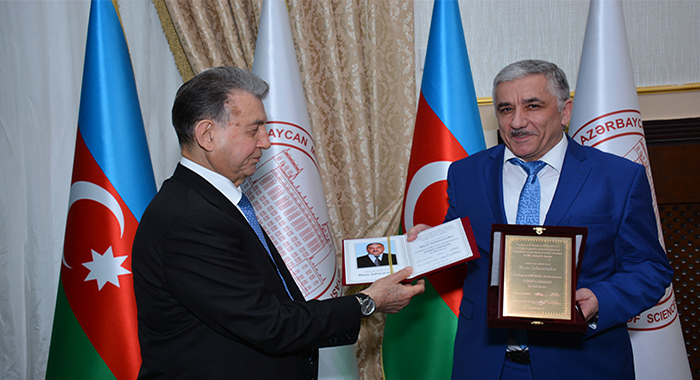 Член-корреспондент НАНА Ильхам Шахмурадов награжден Почетной грамотой